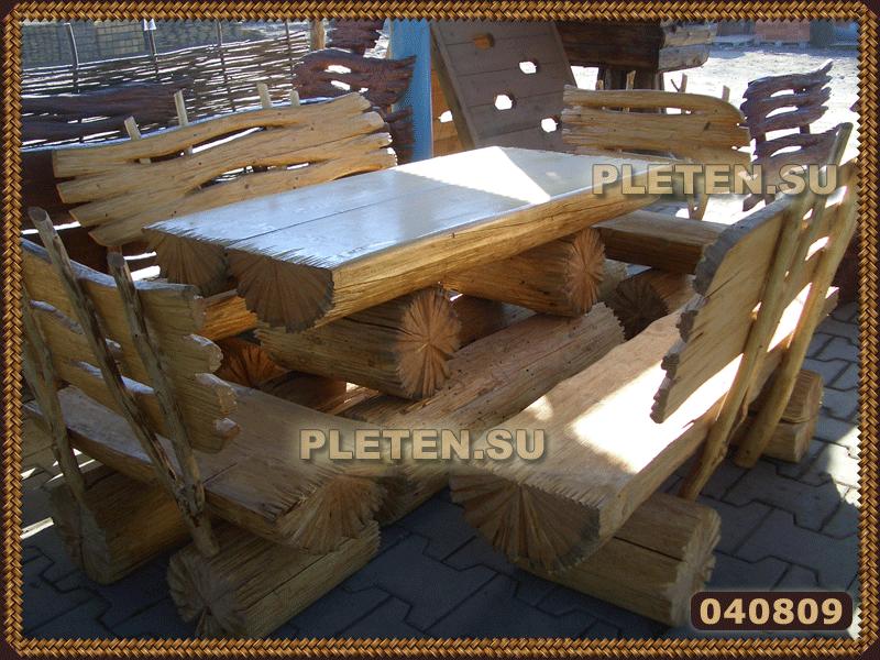 стол и лавки из толстых бревен